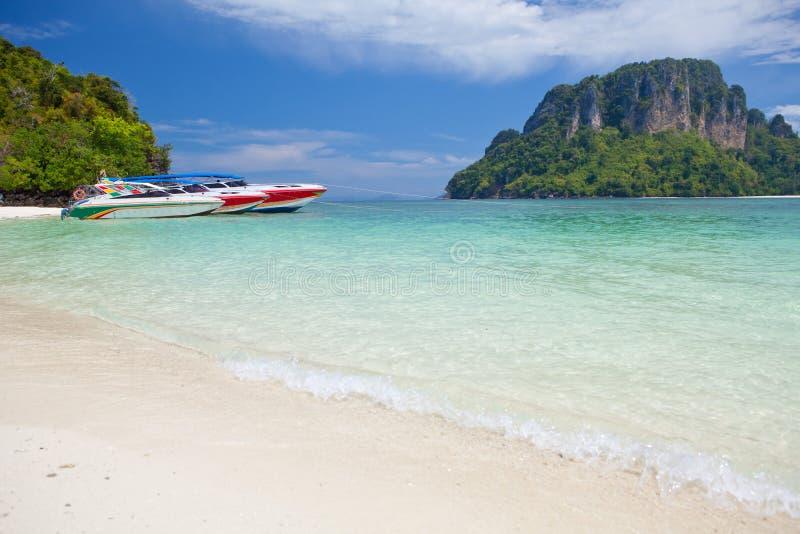 Drehzahlboot im tropischen Meer stockbilder