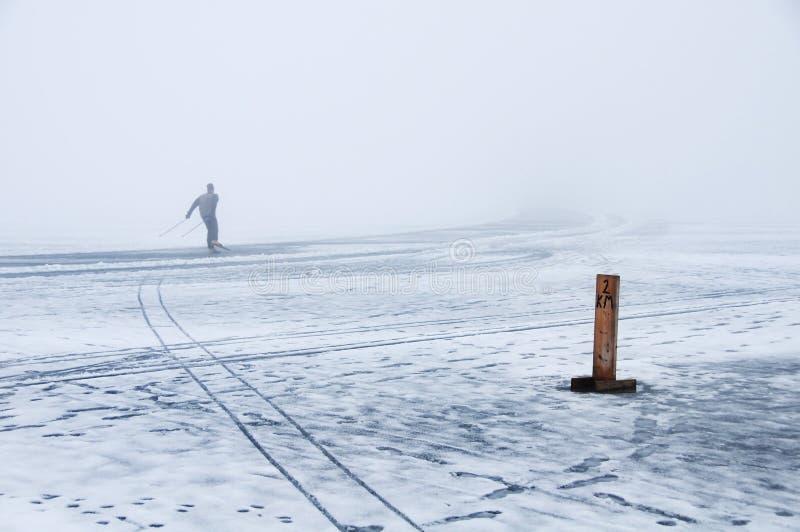 Drehzahleislauf auf schmelzendes Eis im Winternebel stockfoto