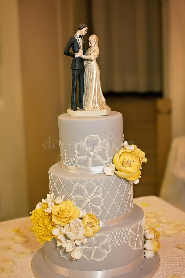 Drei abgestuftes gefrorenes Grey Wedding Cake With Topper stockfotografie