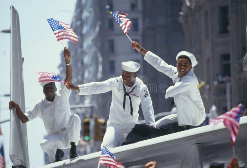 Drei African-Americanseeleute in der Parade lizenzfreie stockfotografie