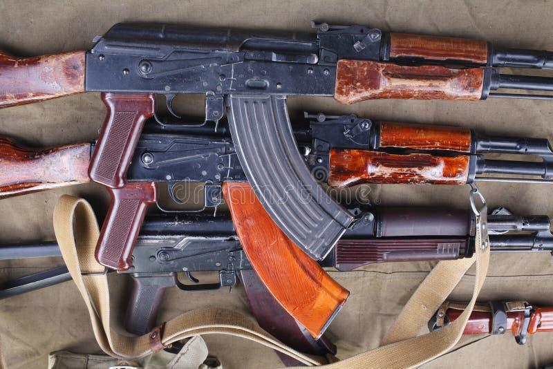 drei ak 47 auf Segeltuch mit Munitionen auf Segeltuch stockfotografie