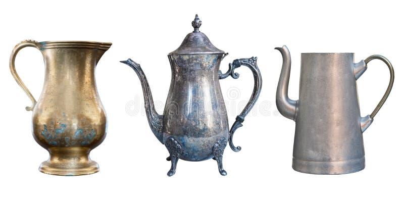 Drei antike Teekannen, Metall, Aluminium und Kupfer lokalisiert auf weißem Hintergrund stockfotografie