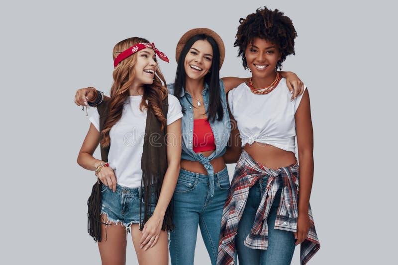 Drei attraktive stilvolle junge Frauen stockfoto