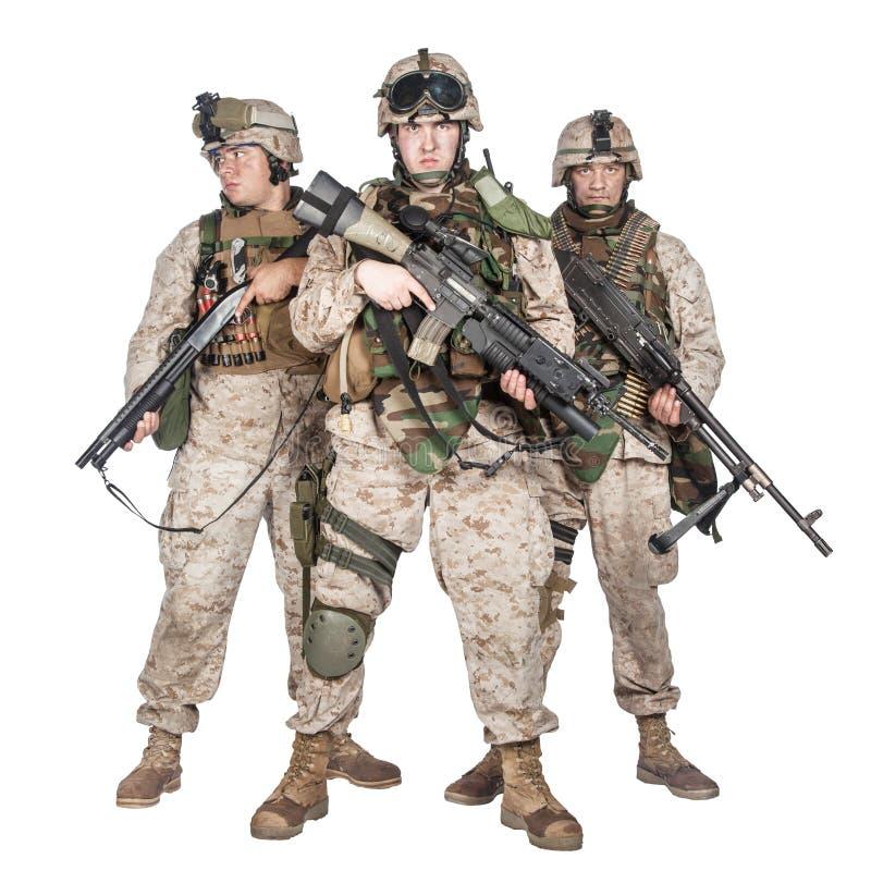 Drei ausgerüstet und bewaffnetes U S Marinestudiotrieb stockbilder