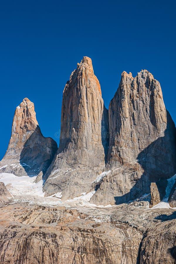 Drei bedeutende Spitzen als Gipfelzähne am blauen Himmel in Nationalpark Torres Del Paine, Patagonia, Chile stockbild