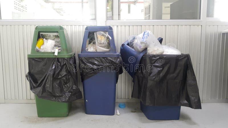 Drei Behälter voll vom Abfall und draußen von überlaufen lizenzfreie stockfotos