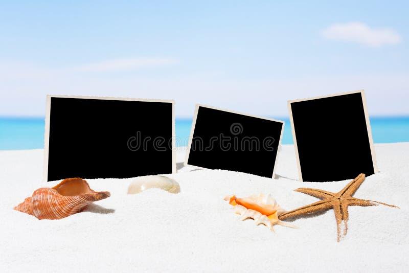 Drei Bilder auf dem Strand Blaues Meer, Himmel u lizenzfreie stockbilder