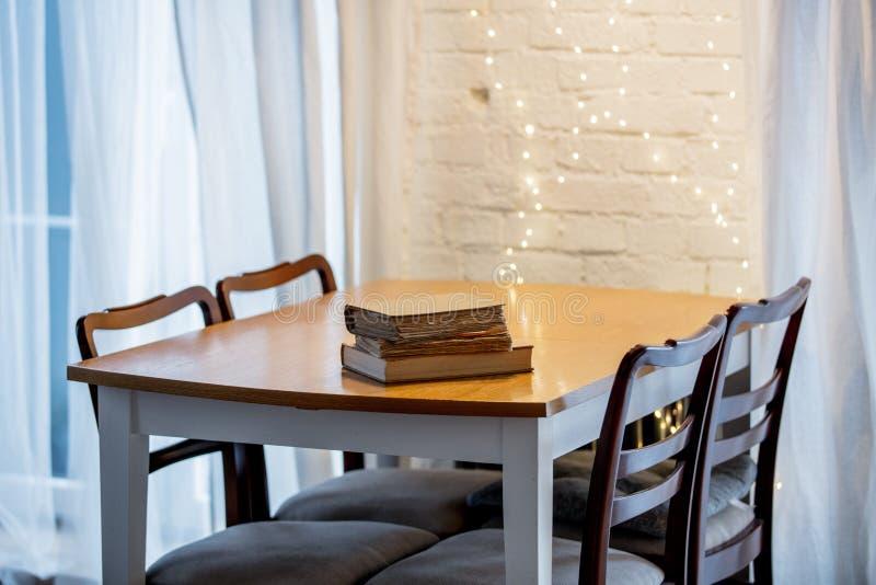 Drei boooks auf einer Tabelle in einer Küche lizenzfreie stockbilder
