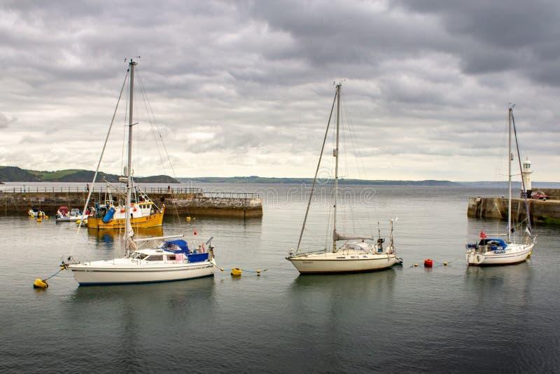 Drei Boote im englischen Hafen lizenzfreies stockbild