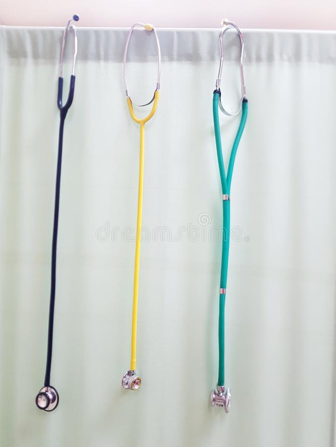 Drei bunte Stethoskope stockbild