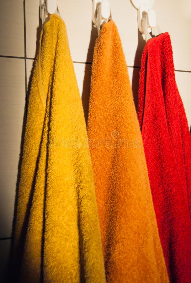 Drei bunte Tücher gehangen lizenzfreie stockfotos