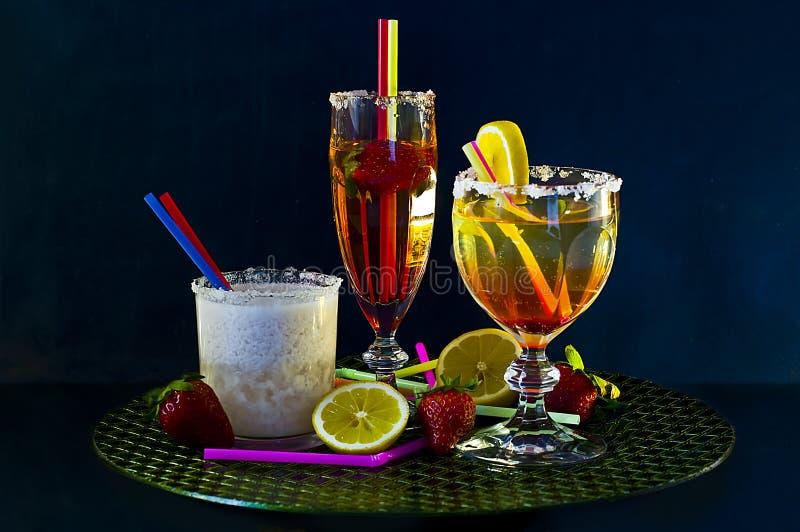 Drei Cocktails auf einem Stab stockbilder