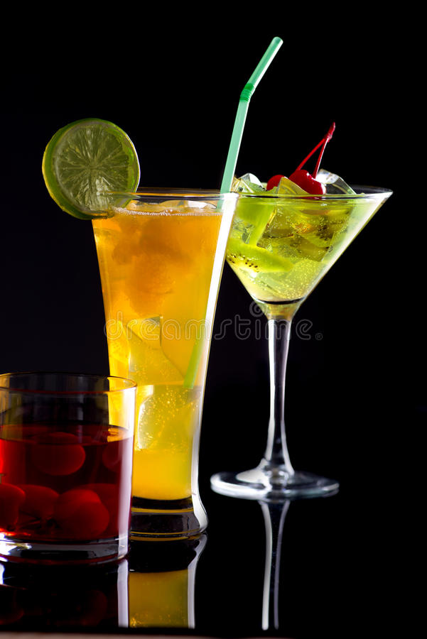 Drei Cocktails in den Gläsern lizenzfreies stockfoto