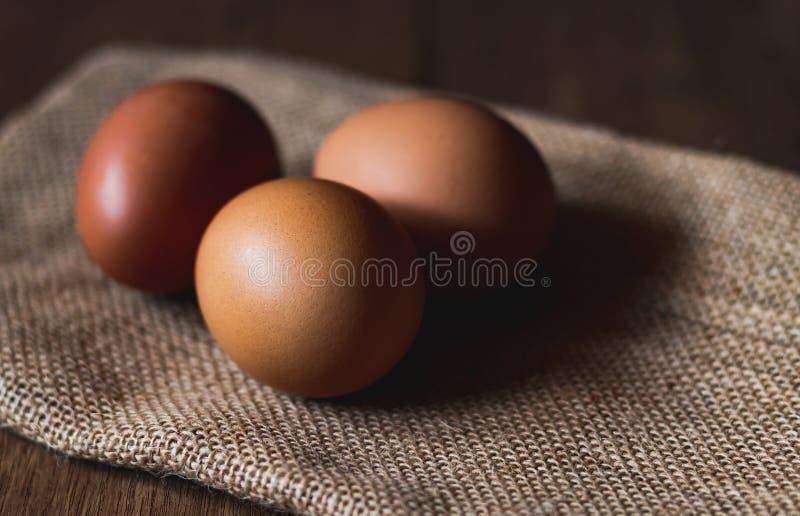 Drei Eier auf Sackleinen stockfotos