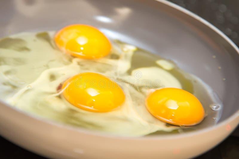 Drei Eier in einer Bratpfanne stockbilder