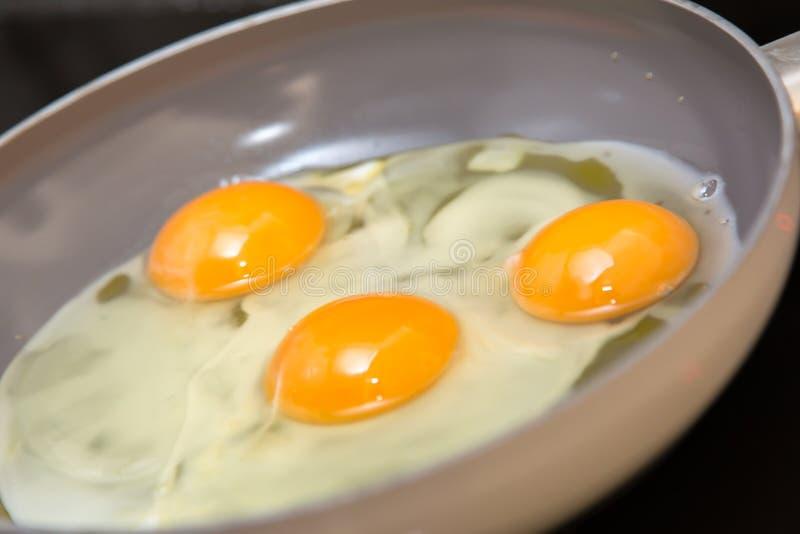 Drei Eier in einer Bratpfanne lizenzfreie stockfotos