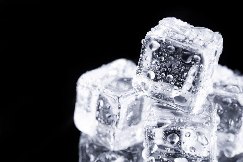 Drei Eiswürfel auf schwarzem Hintergrund lizenzfreie stockfotos