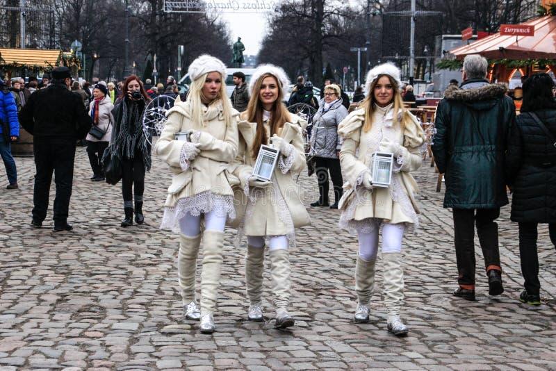 Drei Engel, die durch den Weihnachtsmarkt in Berlin gehen stockfoto