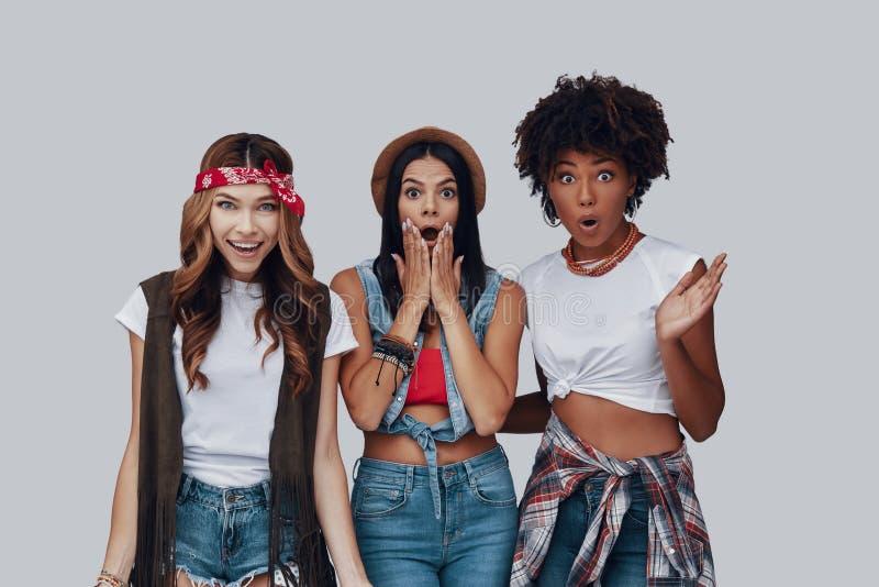 Drei entsetzten junge Frauen stockfotografie