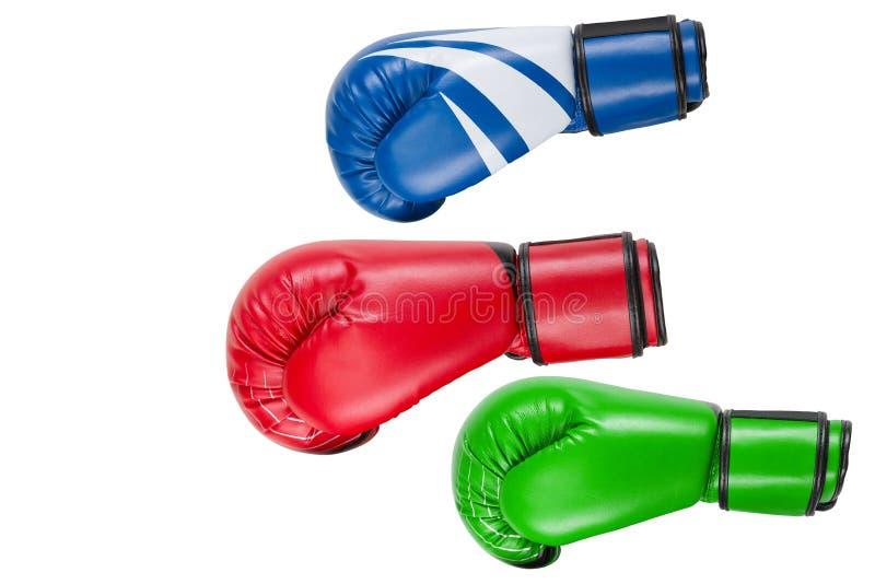 Drei farbige Boxhandschuhe, als ob, fliegend für einen Schlag, Konzept, auf einem weißen Hintergrund lizenzfreies stockfoto