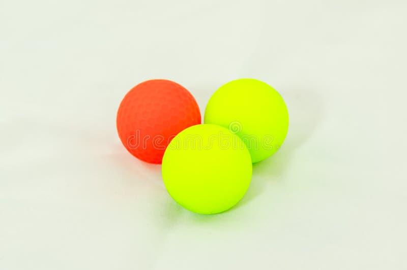 Drei farbige Golfbälle stockfotografie