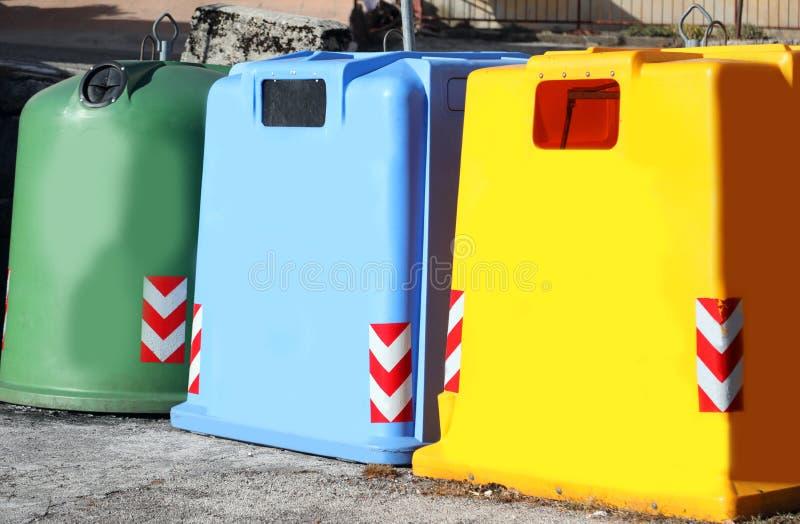 drei farbiger Müllcontainer, zum des benutzten Glaspapiers und des Plastikm zu sammeln stockfotografie