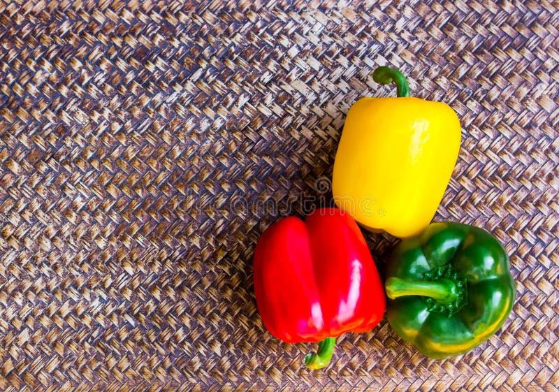 Drei Farbpfeffer auf einem schönen Hintergrund lizenzfreie stockfotos