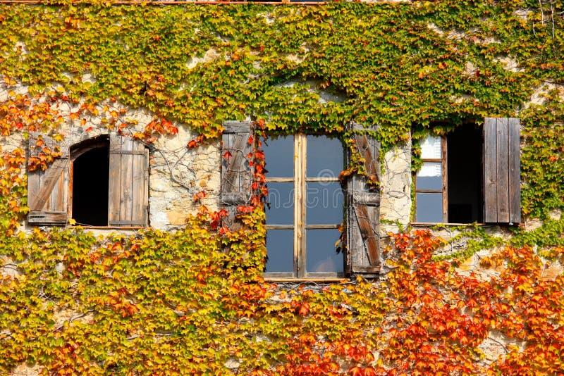 Drei Fenster im Herbst stockfotos