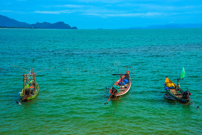 Drei Fischerboote, die auf Meer schwimmen lizenzfreies stockfoto