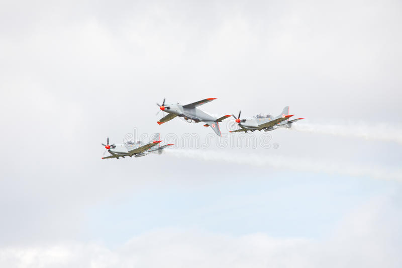 Drei Flugzeuge, die aerobatic Abbildung durchführen lizenzfreie stockbilder