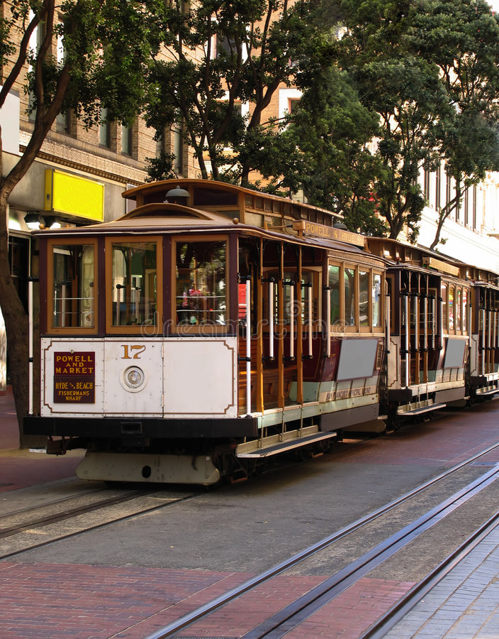 Drei Francisco-Drahtseilbahnen am Powell Straßen-Terminal lizenzfreies stockbild