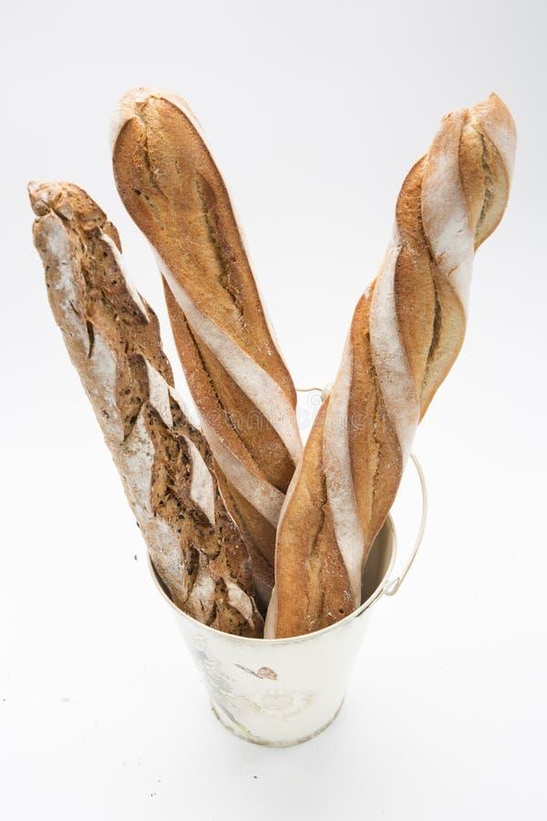 Drei französische Brote im Eimer lizenzfreie stockbilder