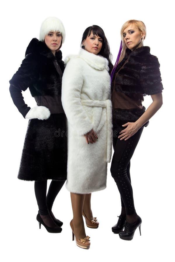 Drei Frauen in den Pelzmänteln, in voller Länge stockfotografie