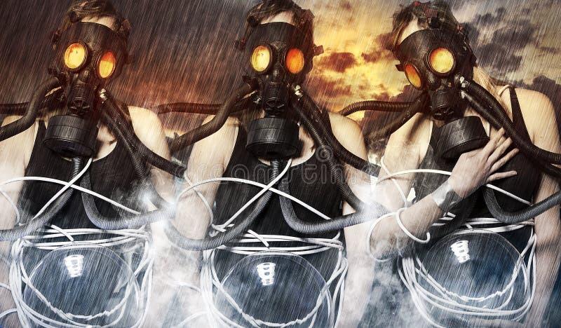 Drei Frauen, die Gasmasken auf apokalyptischem Hintergrund tragen lizenzfreie abbildung