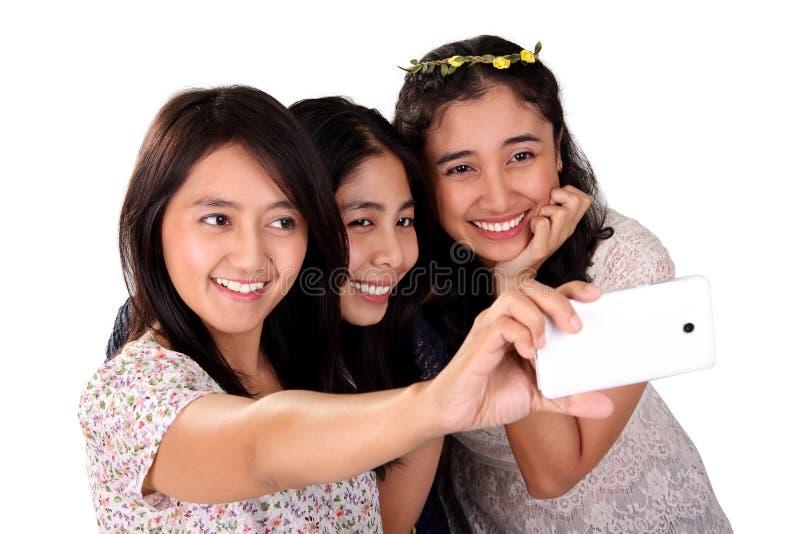 Drei Frauen selfie mit der vorderen Kamera lokalisiert lizenzfreie stockfotografie