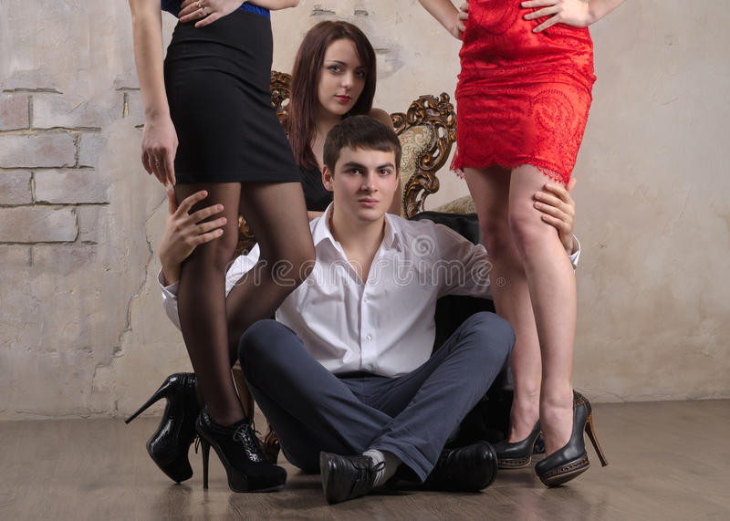 Drei Frauen und ein Kerl stockbild