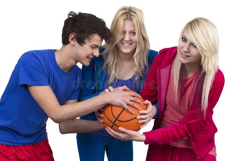 Drei Freunde, die für Basketball kämpfen stockfoto