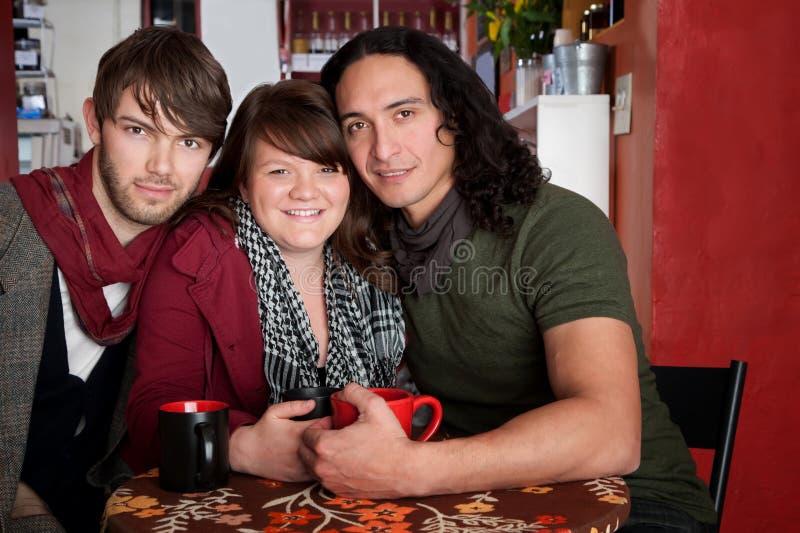 Drei Freunde in einem Kaffee-Haus stockfotografie