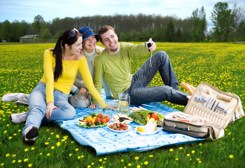 Drei Freunde am Picknick lizenzfreies stockbild
