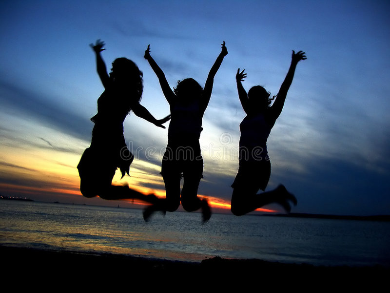 Drei Freundinnen, die Jugend feiern stockfotografie