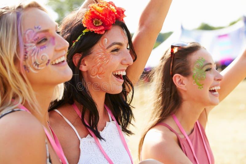 Drei Freundinnen an einem Musikfestival stockbild