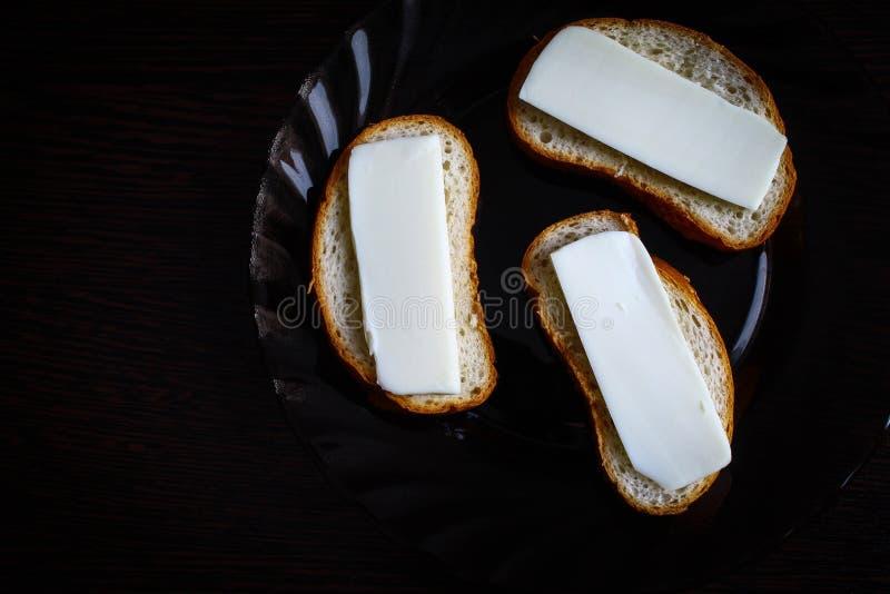 Drei frische Sandwiche in einer Glasplatte auf einem Holztisch lizenzfreie stockfotografie