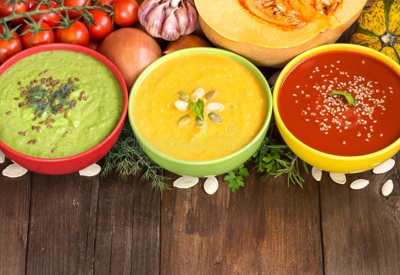 Drei frische Suppen und Gemüse stockfotografie