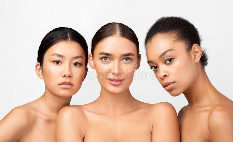 Drei Gemischtrassige Modell-Mädchen-Aufstellung Nackt Im
