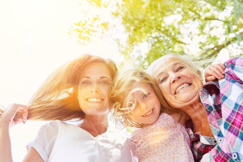 Drei Generationen von Frauen einer Familie lizenzfreie stockfotografie