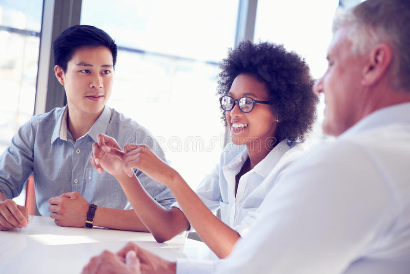 Drei Geschäftsfachleute, die zusammenarbeiten lizenzfreies stockbild
