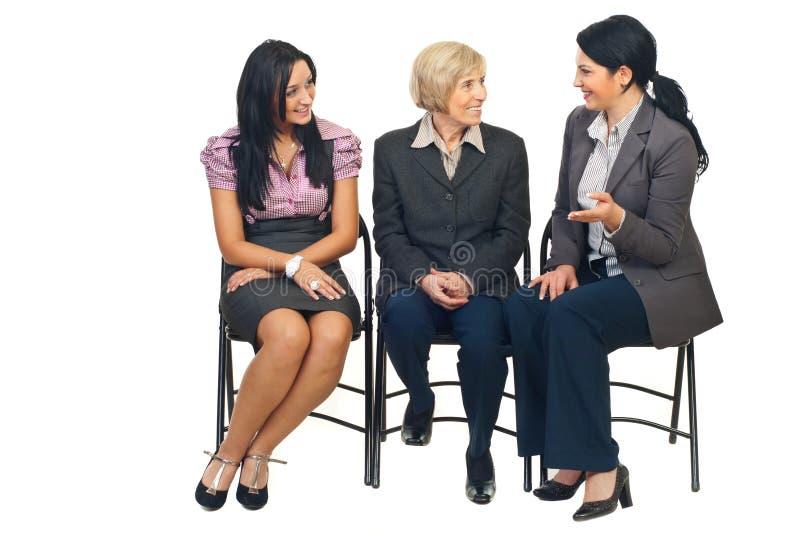 Drei Geschäftsfrauen, die Gespräch haben lizenzfreies stockbild