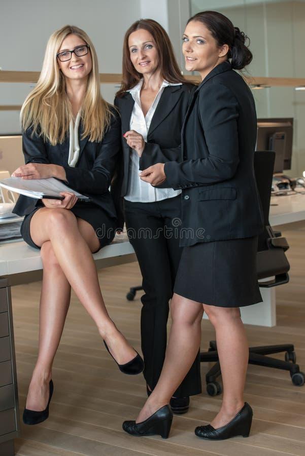Drei Geschäftsfrauen im Büro, das an A arbeitet lizenzfreie stockfotografie