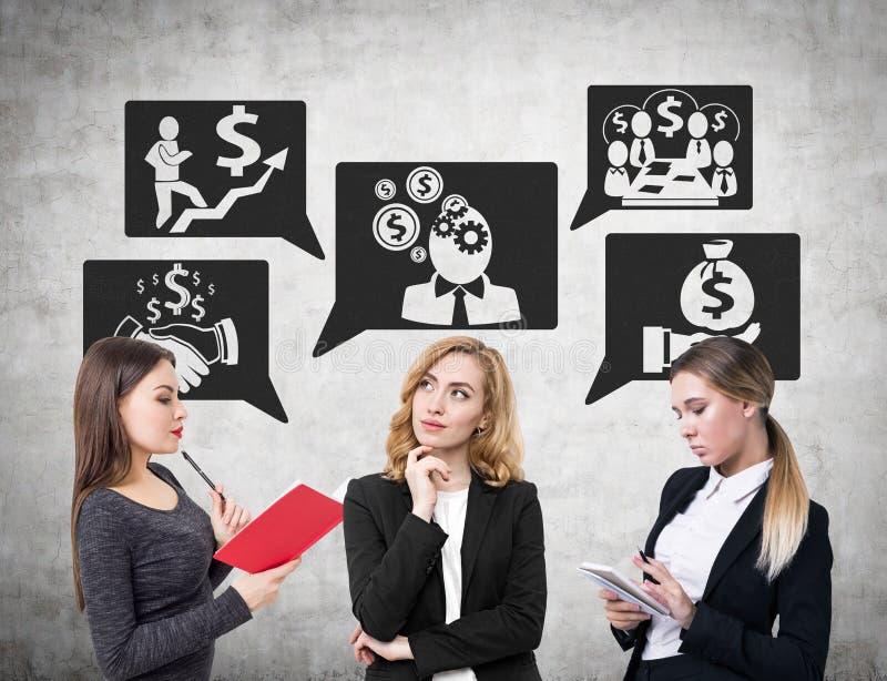 Drei Geschäftsfrauen und ein Geldgespräch lizenzfreie stockfotos