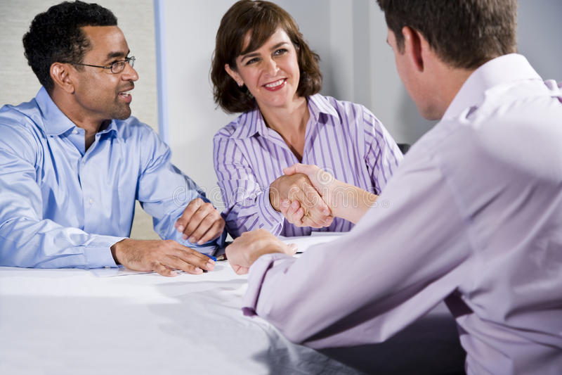 Drei Geschäftsleute, die, Männer rütteln Hände sich treffen stockbild